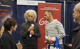 Albert Einstein est allé saluer les gens au kiosque du Musée Grévin.  © JFL