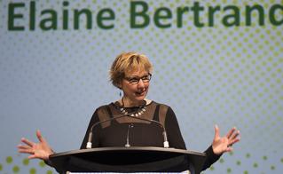 Elaine Bertrand, vice-présidente de l'Alliance et responsable de la formation syndicale, lors des discours de clôture. © JFL