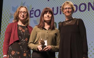 Karine Lévesque, de l'école Louis-Joseph-Papineau, a accepté un des prix Léo-Guindon.  © JFL