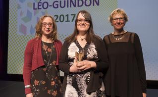 Élyse Bourbeau, de l'école Père-Marquette, a accepté l'un des cinq prix Léo-Guindon, remis en fonction des cinq valeurs HÉROS.  © JFL