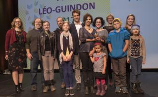 Quelques-uns des instigateurs du mouvement Je protège mon école publique, de l'école Saint-Jean-de-Brébeuf, ont aussi accepté un prix Léo-Guindon.  © JFL