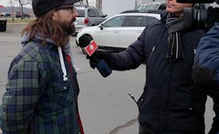 Entrevue de Martin Bibeau, au matin du montage du campement Sauvons l'école publique.  © Elaine Bertrand