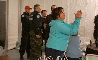 À la demande du ministère des Transports, propriétaire du terrain où le camp était érigé, les policiers ont donné l'avis d'éviction aux militantes et militants qui ont du lever le camp.  © Sophie-Geneviève Bournival