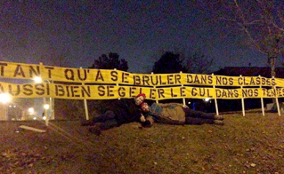 Banderole affichée au camp, face à la rue Notre-Dame. © Dominique Richard