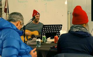 Antoine Mainville, de l'école Irénée-Lussier, a participé à la soirée culturelle du Camp Sauvons l'école publique. © Sophie-Geneviève Bournival