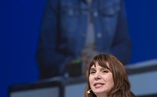 Annie Desrochers à la barre de la plénière d'ouverture. © Jean-F. Leblanc - Agence Stock Photo