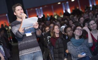 Le slameur David Goudreault devenu animateur pour donner la parole aux membres. © Jean-F. Leblanc - Agence Stock Photo