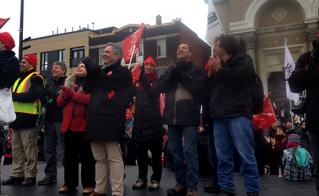 Les présidences des syndicats affiliés à la FAE ont donné le signal de départ de la marche du 9 décembre. © Yves Parenteau