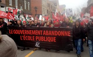 Les membres des syndicats de la FAE ont emboîté le pas aux présidences, derrière la bannière de tête.  © Yves Parenteau