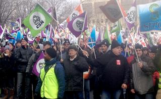 Les membres de la FAE ont rejoint les membres du Front commun au parc Émilie-Gamelin pour poursuivre la marche. © Yves Parenteau