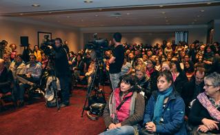 La conférence de presse a été bien couverte par les médias dans cette salle bondée par les militantes et militants. (photos Yves Parenteau)