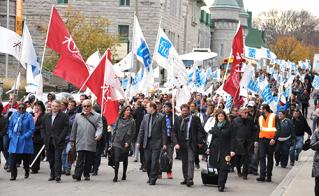 Les dirigeants et les négociateurs de la FAE et de la FIQ appuyés par leurs membres ont marché jusqu'au Conseil du Trésor avant le dépôt.