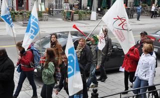 Caroline Palassicio, de l'école Joseph-François-Perrault, et Elaine Bertrand, vice-présidente de l'Alliance, ont marché sous la trompette de Martin Leclerc, de l'école Louis-Riel
