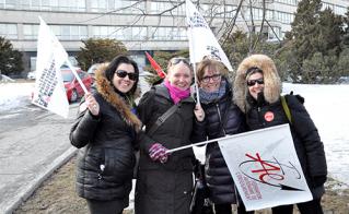 Les collègues de l'école Maisonneuve, premières arrivées sur les lieux, ont établi les assisses de solides piquets de grève devant la CSDM, en prélude au Conseil des commissaires du 25 mars.