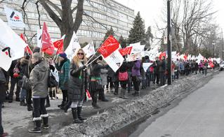 Les automobilistes ont affirmé leur soutien aux enseignantes et enseignants en klaxonnant.