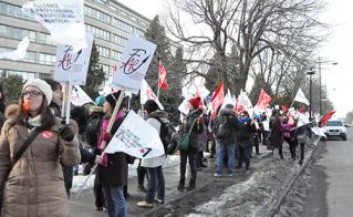 Plus de 300 membres de l'Alliance ont paradé devant le centre administratif de la CSDM.