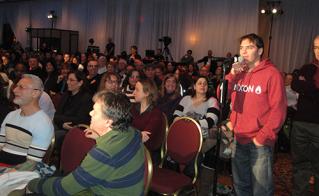 Plus de 1000 délégués de la FAE et de la FIQ étaient réunis le 27 janvier à Montréal. Martin Leclerc, délégué de Louis-Riel au micro, sous l'oreille attentive d'André Patry, Daniel Chartrand, Elaine Bertrand, Catherine Renaud, Sylvie Lemay et Ève Ayotte de l'Alliance.