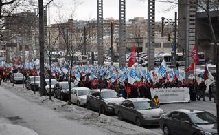 Par un froid glacial, les manifestantes et manifestants ont pris la rue dans le centre-ville.